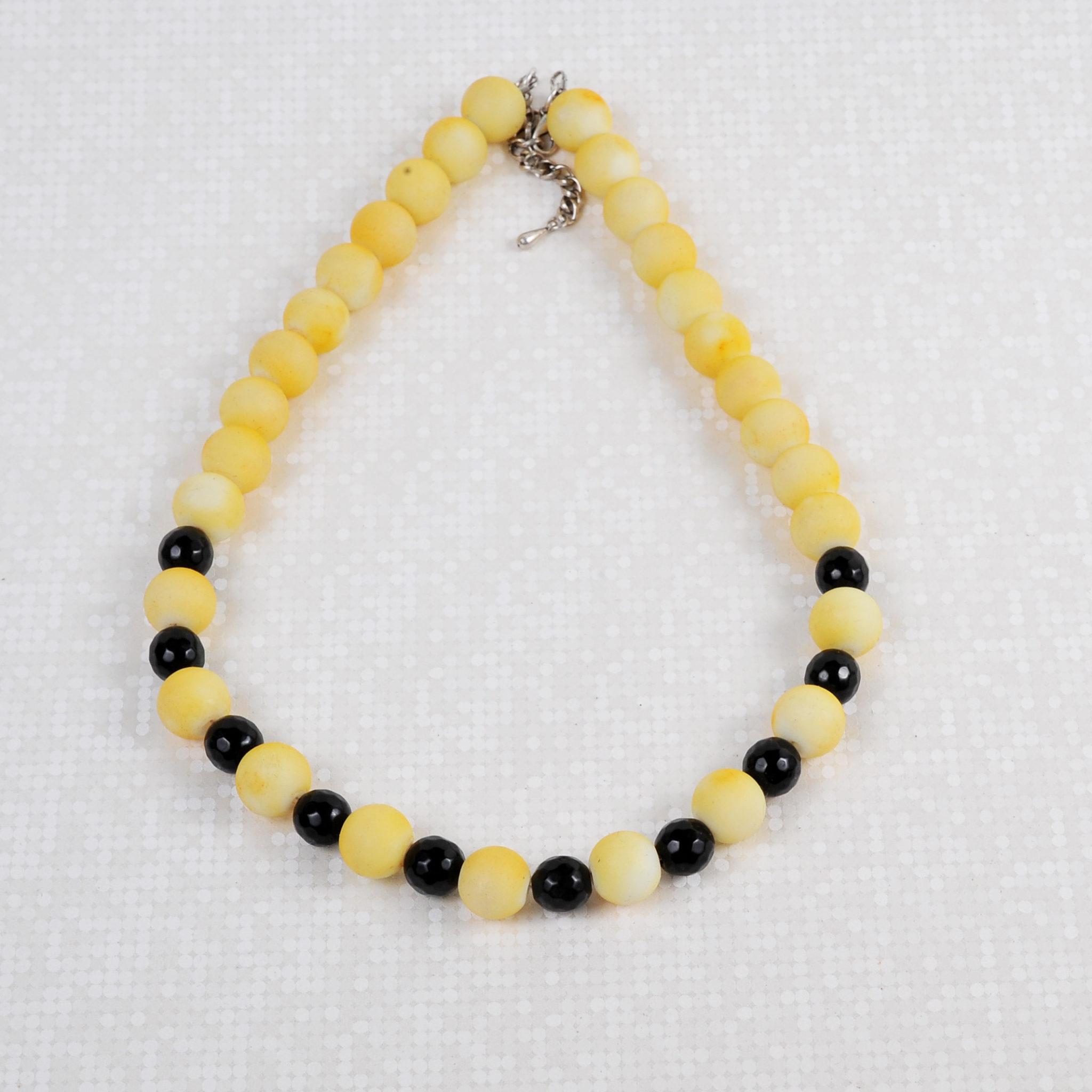 Κολιέ κοντό με γυάλινες χάντρες κίτρινες και μαύρες – Twinsart.gr 43474e322fc